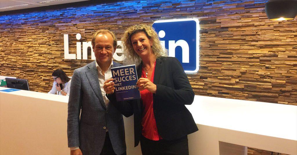 Marcel Molenaar, countrymanager van LinkedIn Benelux, krijgt het boek 'Meer succes van LinkedIn!' overhandigd door Corinne Keijzer